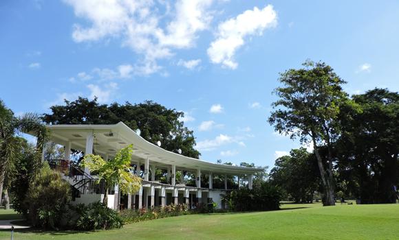 バリ島のサヌールにあるバリビーチゴルフ。 インナグランドバリビーチの敷地内にあるゴルフ場。 ゴルフ場内に打ちっぱなしはありますが、夜のみの営業。 サンセットゴルフが終わる6時ころから準備が始まり、夜7時にはゴルフの練習を...