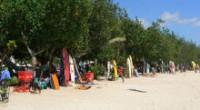 賑やかな雰囲気のクタビーチ 行商のおばちゃんが声をかけてきます バリ島には沢山のサーフポイントがありますよね! 初心者向けのビーチもあれば、チューブが巻くエキスパートオンリーのポイントまで・・・。 バリ島西側に面したビー...