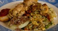 アヤム・ベトゥトゥというバリ料理は、バビグリンと並んでバリ人には特に人気の料理です。その秘密は、鶏にスパイスを詰めて蒸すという料理方法とともに、肉が柔らかく骨からほぐれるほどに料理される手の込んだところが多くの人々に共感...