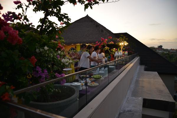 夜景がきれいな屋上レストランでロマンチックパーティー | バリ島 オプショナルツアー